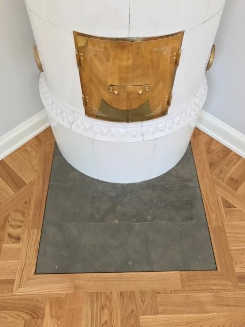 Läggning runt kakelugn med stenplatta