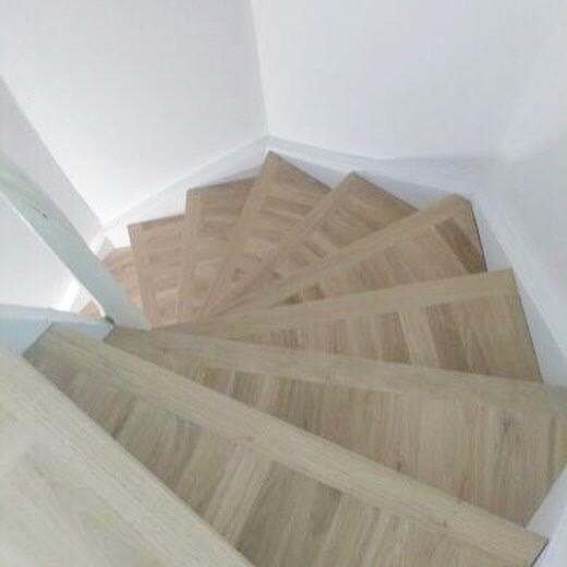 Kortstavsparkett monterad i trappa tillsammans med specialtillverkad trappnos. Behandling matt lack