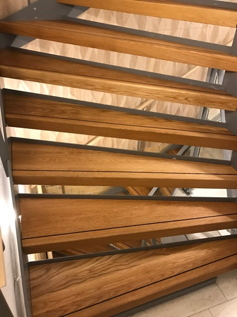 Specialtillverkade trappsteg i massiv ek med intarsia i wenge Behandlad med hårdvaxolja